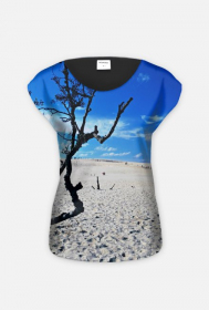 Dzika plaża pośród drzew